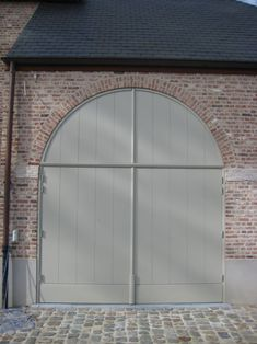 Referenties | Bouw-iD Garage Door Extension Springs, Garage Extension, Extension Ideas, Exterior Door Colors, Exterior Trim, Garage Paint Colors, Brick Archway, Small Country Homes, Wood Garage Doors
