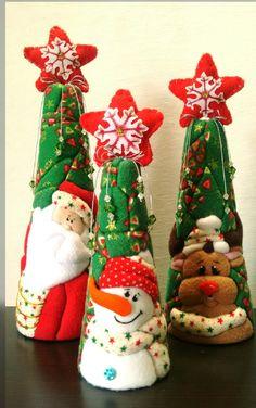 Decoración para Navidad. Conos de papá Noel, reno y muñeco de nieve.