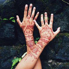 So in love with my hands now!! @ifonlymynamewashenna you're amazing!! Inspired by lovely @veronicalilu ✨ #dreamretreatbali #henna #mhendi #bali