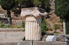 Colonna con capitello ionico a Delphi - Grecia - Greece