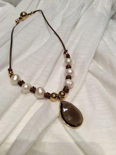 Collar de cuero, perlas, bolas de Zamak, y dije de cuarzo. Materiales Farfalla, Costa Rica