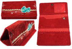 Portefeuille artisanal trois volets en cuir Nububk de vache. Le cuir provient de la province de Tabriz au nord-ouest de l'Iran. La fabrication est faite dans la province de Machhad, au nord-est du pays.  Motif : Grenade - Couleur : Rouge - Code : CN-GR101-8 - pour commander : http://www.colors-of-iran.fr/16-portefeuille-en-cuir. Crédit Photo : © Colors of Iran