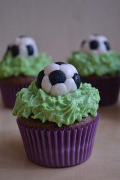 Cupcakes fotbal/ Football Cupcakes Football Cupcakes, Muffins, David, Desserts, Food, Soccer Cupcakes, Tailgate Desserts, Muffin, Deserts