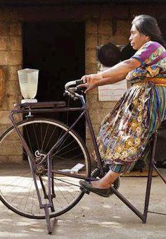 Bicicuadora.   Moderno invento indígena.  Quema calorías, ahorra energía y prepara tu licuado al mismo tiempo.