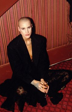 24 Iconic Buzz Cuts, From Sinead O'Connor to Kristen Stewart - Prominente Kristen Stewart, Angelina Jolie Short Hair, Girls With Shaved Heads, Revealing Swimsuits, Barbers Cut, Shave My Head, Hair Icon, Going Bald, Bald Girl