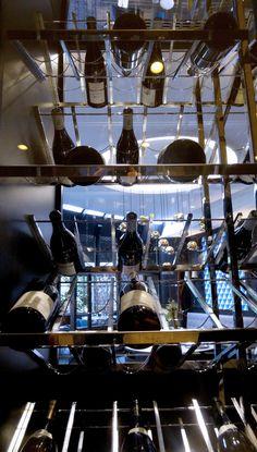 Clayettes de présentation inclinée - inclinaison dans les 2 sens pour présenter les bouteilles sur les 2 faces vitrées - Provintech - Gand Hotel de la Cloche à Dijon