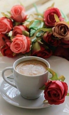 Coffee and flowers Good Morning Coffee, Coffee Break, I Love Coffee, My Coffee, Coffee Cafe, Coffee Drinks, Café Chocolate, Pause Café, Chocolate Caliente