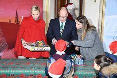 Il principe Alberto II e Charlène hanno aperto oggi le porte del Palais de Monaco al tradizionale incontro con i bambini della comunità monegasca per gli auguri di Natale e lo scambio di doni. E, sorpresa, nella Court d'honneur dove nel 2011 si sposarono Alberto e la nuotatrice sudafricana, anziché esponenti del gotha europeo questa volta sono arrivati Minnie e Topolino. E per l'occasione il principe ha sfoggiato anche un'ironica cravatta a disegno disneyano, mentre la Princesse de Monaco ha…