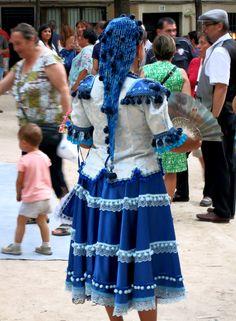 """""""Tribus urbanas"""", Madrid:  Chica """"goyesca"""" (vestuario típico de niña bien de finales del siglo XIX)."""