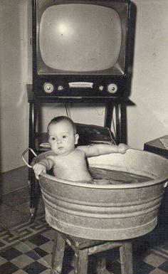 Vintage Children Photos, Vintage Photos, Old Fashioned Love, Nostalgia, Retro 2, Picture Places, Tv Sets, Wonderful Picture, Photo Postcards