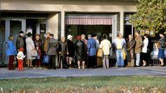 Schlangestehen von Menschen aus der DDR vor einem Konsum in Leipzig (Aufnahme aus dem Jahre 1989).