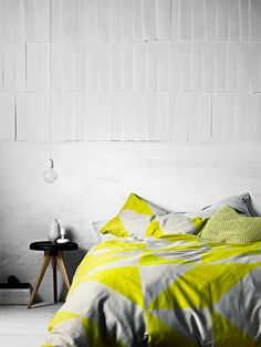 Yellow and grey linen, geometric forms, edredón amarillo y gris con formas geométricas.