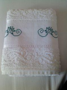 Fiori di loto su bordura asciugamano per bagno. Punto croce