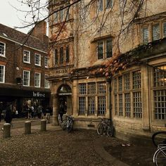 Autumn Aesthetic, Aesthetic Photo, Aesthetic Pictures, Cosy Aesthetic, British Architecture, College Aesthetic, Light In The Dark, Cool Pictures, Beautiful Places