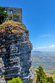 Sizilien - der Felsen von Erice. Eine mittelalterliche Stadt auf 700m Höhe mit einem fantastischen Ausblick über Trapani und die Salzgärten. Mehr Infos:  http://www.trip-tipp.com/sizilien/ausfluege-stadt/trapani.htm #sicily #sicilia