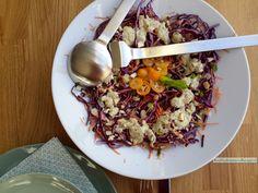 Bijzonder knapperige rode koolsalade, het gezonde paars en oranje straalt je tegemoet! Goed vooraf te maken of te bewaren, handig als meeneemlunch.