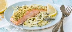 Frisse koolhydraatarme spaghetti van courgette met zalm uit de oven Go For It, Cholesterol Diet, Tuna, Zucchini, Paleo, Food And Drink, Pork, Low Carb, Healthy Recipes