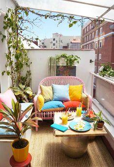 exemple pour aménager un petit balcon en longueur, terrasse colorée avec canapé en osier rose et branches de lierres