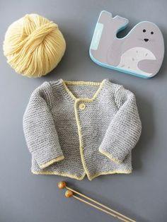 """Cardigan unisexe tricoté au point mousse pour bébé (tiré du livre """"Tricots intemporels pour bébés"""") / Unisex knitted cardigan for babies"""