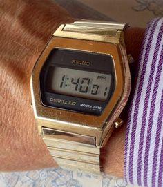 Comme les autres Montres numériques dans la collection cette montre numérique de Seiko Quartz doré ramène des souvenirs de mes jours décole dans les années 1970, quand tout dabord les montres LED rouges ont été libérés. Tout le monde voulait que tous les DJs sur les programmes de télévision pop portaient eux. Puis au bout de quelques années la plus haute technologie LCD montres, comme cette Seiko est arrivé et les vieilles montres LED ont été jetés dans le tiroir pour de bon.  Cette montre…