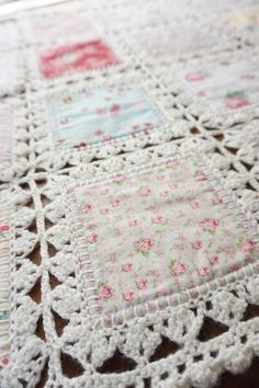 High Tea Crochet Quilt Tutorial (Quilting In The Rain) Okay everyone! This long time anticipated crochet quilt tutorial is finally available!) My friend Tiffany of Fanny Lu Designs took the time to put together the most thorough and detailed tWhen qu Crochet Borders, Crochet Squares, Crochet Blanket Patterns, Knitting Patterns, Crochet Blankets, Crochet Edgings, Fabric Squares, Crochet Afghans, Crochet Quilt Pattern