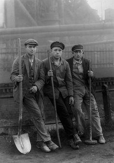 """joeinct: """"Road Workers, Ruhr, Photo by August Sander, 1928 """" August Sander, Documentary Photographers, Great Photographers, History Of Photography, Portrait Photography, Vintage Photographs, Vintage Photos, Vintage Portrait, Kasimir Und Karoline"""