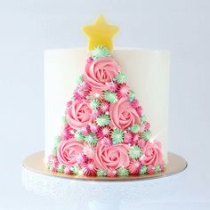 Top 5 Cake Decorating Ideas for beginners with whipped cream Christmas Birthday Cake, Christmas Tree Cake, Christmas Cake Decorations, Christmas Cupcakes, Christmas Sweets, Holiday Cakes, Christmas Baking, Wilton Cake Decorating, Wilton Cakes