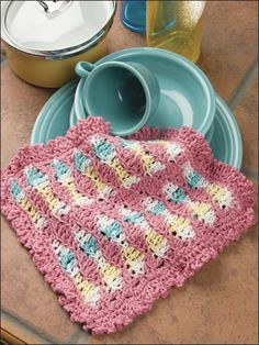 Make useful dishcloths for your kitchen or bathroom using these free crochet dishcloth patterns. This basic crochet project is a great stashbuster. - Page 1 Crochet World, Crochet Home, Crochet Gifts, Free Crochet, Crochet Potholders, Crochet Dishcloths, Crochet Blankets, Crochet Granny, Bobble Stitch