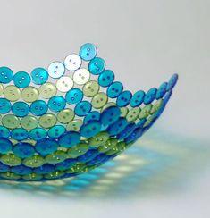 un bol décoratif en boutons bleus et verts