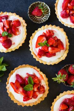 Summer tartlets with fresh strawberries and filling made from cream cheese, whipping cream and sour cream. Cake Recept, Sweet Pie, Mini Foods, Strawberry Recipes, How To Make Cake, Cheesecake, Dessert Recipes, Dinner Recipes, Food And Drink