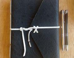 Diário sintético preto e tira em couro
