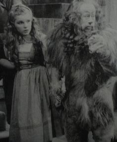 [CasaGiardino] ♡ A rare on set photo of Judy Garland and Bert Lahr as their characters originally looked before George Cukor made some minor adjustments to The Wizard of Oz. Classic Hollywood, Old Hollywood, Bert Lahr, Wizard Of Oz 1939, Dorothy Gale, Land Of Oz, Yellow Brick Road, Broadway, Judy Garland