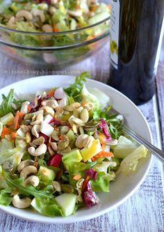 Mirabelkowy blog: Chrrrupiąca sałatka z wiosennych warzyw, pestek dyni i nerkowców