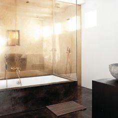 Lovin this gold metallic bathroom ✨ Super dreamy & oh so chic! #interiordesign #bathroomdesign #moderninteriordesign #metallicgold #goldaccents #minimaldesign