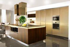 Cucina Warm Alberticasador laccata metallizzata oro, legno rovere termotrattato, piano in fenix piombo