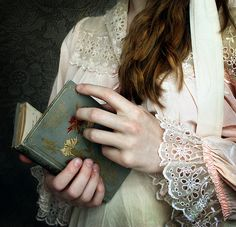 Victorian aesthetic reading a book Story Inspiration, Character Inspiration, Fantasy Inspiration, Tessa Gray, The Infernal Devices, Victorian Era, Edwardian Era, Belle Photo, Beauty And The Beast
