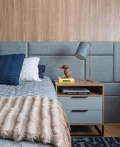 Harmonia na escolha das cores em objetos diversos na decoração de um quarto simples