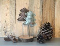 Kijk wat ik gevonden heb op Freubelweb.nl: een gratis haakpatroon van Handmade by Fem om een kerstboompje op een stokje te maken https://www.freubelweb.nl/freubel-zelf/gratis-haakpatroon-kerstboompje/