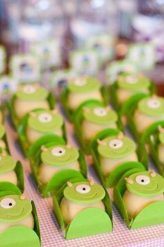 """Os docinhos receberam uma decoração de pasta americana no topo para remeterem ao personagem Mike Wazowski, da animação """"Monstros S.A"""""""