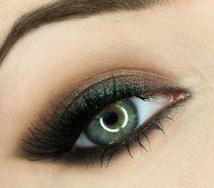 idées maquillage d'été - fard à paupières vert pailleté et noir estompé en combinaison avec mascara