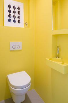 Knal geel naadloos toilet : Industriële badkamers van Beter Stevig Interieurbouw