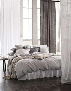 Runsaat tekstiilit seesteisissä sävyissä kutsuvat uppoutumaan makuuhuoneen rentoon tunnelmaan. Klikkaa kuvaa, niin näet tarkemmat tiedot!