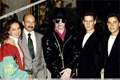 Michael arrives in Mexico to perform 5 concerts during his Dangerous World Tour, Michael Jackson has a meeting with the President of Mexico, Carlos Salinas de Gortari. Description from mjjcommunity.com. I searched for this on bing.com/images