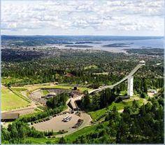 Panoramica sul trampolino di Holmenkollen e sul fondo il fiordo di Oslo