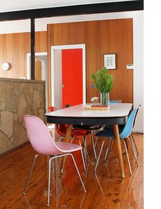 mid-century dining with pop Eames chairs My Home Design, The Design Files, Home Interior Design, House Design, Exterior Design, Mid Century Dining, Mid Century House, Mismatched Dining Room, Eames Chairs