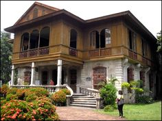 Frenchman Victor Fernandez Gaston was the owner of this ancestral house, located some walking distance away from the Jalandoni ancestral house. For an entrance fee of 40 pesos, we got a guided tour of the two-story house, better known as Balay Negrense. Style At Home, Philippines Destinations, Filipino House, Philippine Architecture, House Of Gold, Spanish Colonial Homes, Philippine Houses, Bamboo House, Cebu City