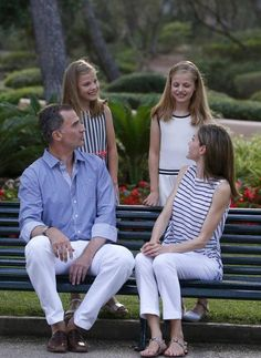 King Felipe, Queen Letizia and their daugthers Princess Leonor and Princess Sofia posed for the media during the annual 2016 summer photo session at the Marivent Palace on August 2016 in Palma de Mallorca, Spain. Princess Of Spain, Prince And Princess, Princess Sofia, Spanish Royalty, Spanish Royal Family, Save The Queen, Queen Letizia, Summer Photos, Casual Fall Outfits