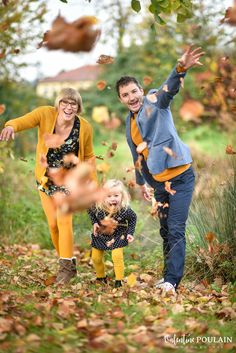 Séance photo famile en automne Family photoshoot in autumn Fall Family Portraits, Family Portrait Poses, Fall Family Pictures, Family Picture Poses, Family Photo Outfits, Family Pics, Family Shoot, Family Photo Sessions, Family Posing
