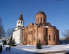 Церковь Петра и Павла Церковь, построенная в 1146 году, находится на берегу реки Днепр, которая разделяет Смоленск на две половины.