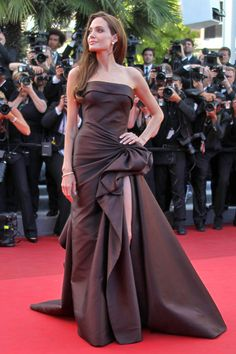 Angelina Jolie looked every inch the queen of elegance in a beautiful dress at the premiere of Brad Pitt's new movie The Tree Of Life at 2011 Cannes Film Festival. Brad Pitt, Angelina Jolie Style, Evening Dresses, Prom Dresses, Long Dresses, Fashion Mode, Tokyo Fashion, Fashion Styles, Fashion Design